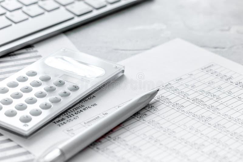 Rozliczający pracy przestrzeń z kalkulatorem, zyskiem i stołami up na kamiennym biurka zakończeniu, zdjęcia royalty free