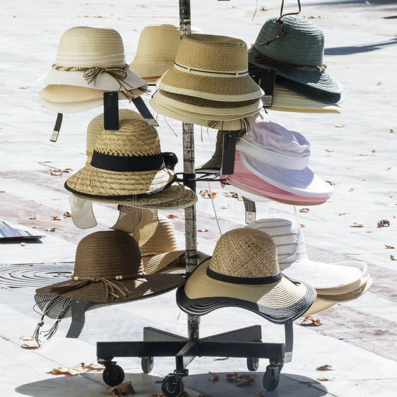 Rozmaitość kapelusze dla sprzedaży na hiszpańskiej ulicie w Sevilla obraz stock
