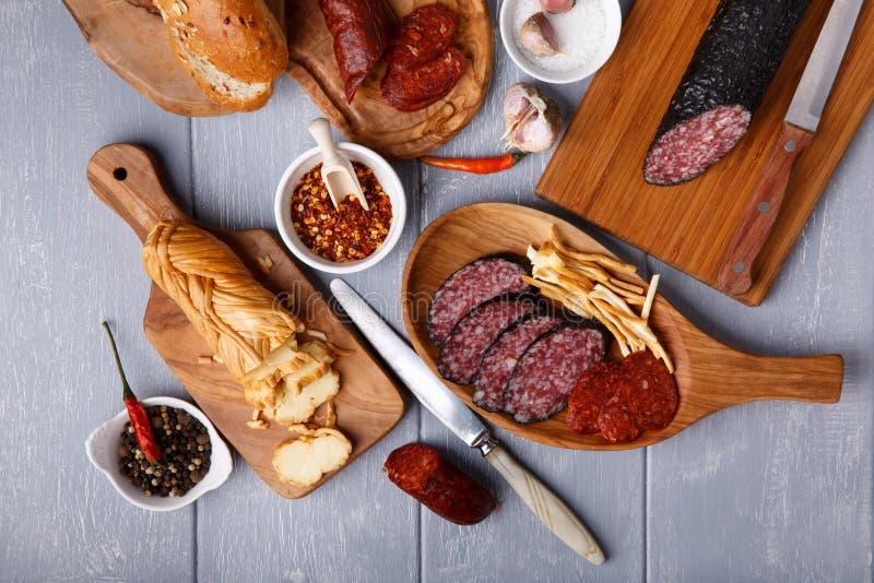 Rozmaitość salami, serowy chechil i chleb, zdjęcia royalty free