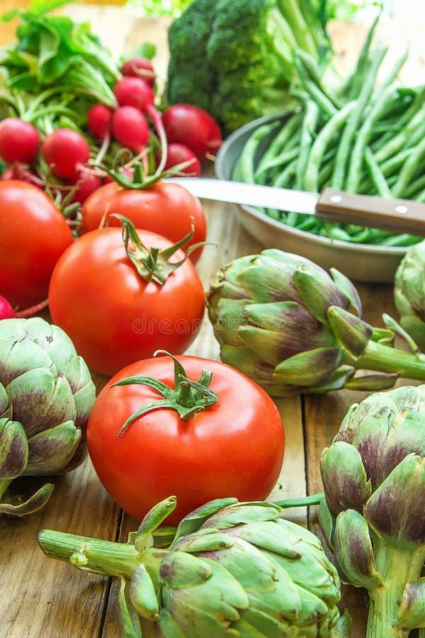 Rozmaitość Świezi Organicznie warzywo karczochów fasolek szparagowych pomidorów Czerwonej rzodkwi brokuły na drewno ogródu Kuchen zdjęcie royalty free