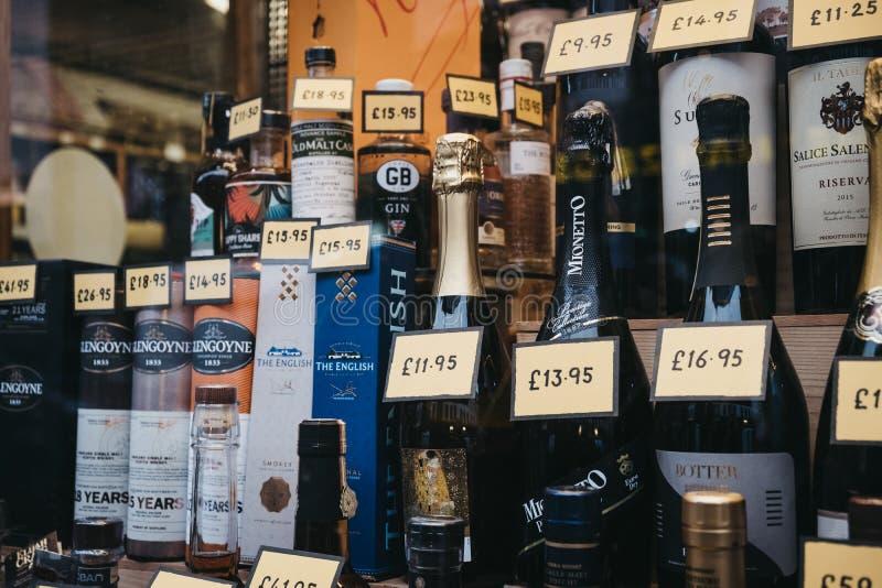 Rozmaito?? alkoholicznego napoju butelki na nadokiennym pokazie sklep w Covent Garden, Londyn, UK obraz royalty free