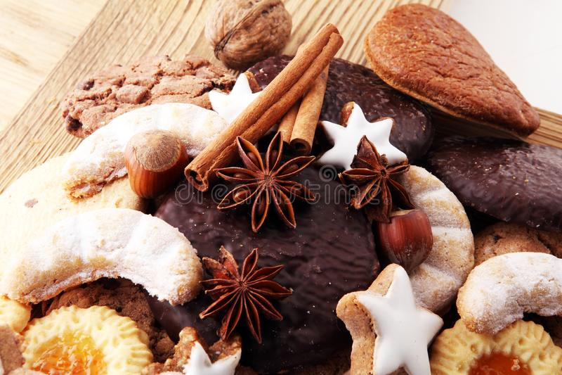 Rozmaitość ciastka, ciastka i dokrętki dla bożych narodzeń, fotografia stock