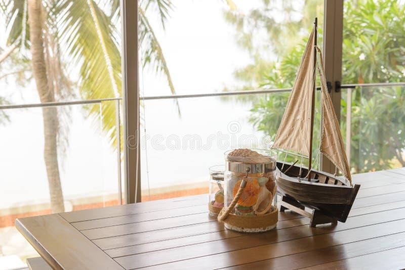 Rozmaitość denne skorupy w szklanym słoju na drewnianym stole z kopii przestrzenią w żywym pokoju Wakacyjny poj?cie fotografia stock