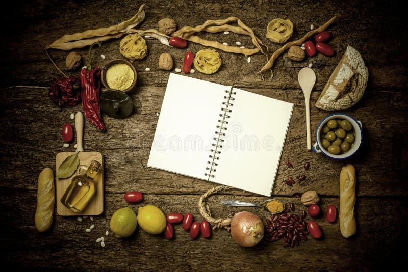 Rozmaitość karmowi składniki i pusty notatnik obrazy stock