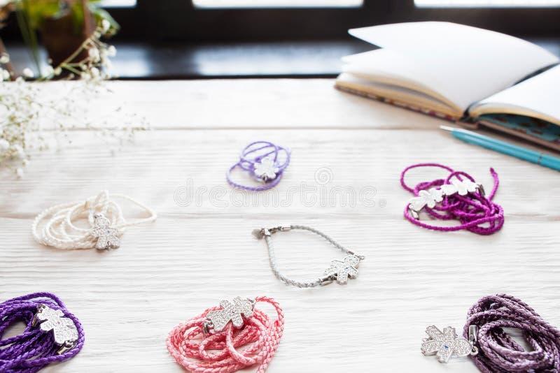 Rozmaitość kolorowe żeńskie bransoletki na bielu zdjęcie stock