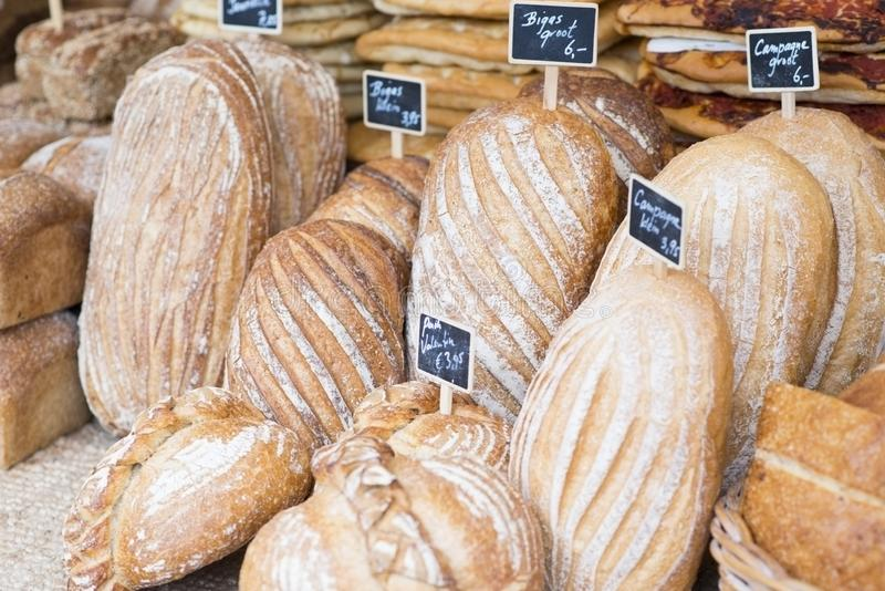 Rozmaitość organicznie świeży piec chleb na artisanal piekarnia pokazie zdjęcie stock