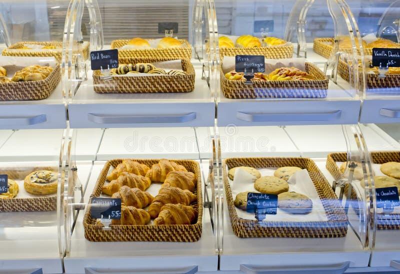 Rozmaitość piec produkty w koszach z chleba imieniem o i ceną obrazy royalty free