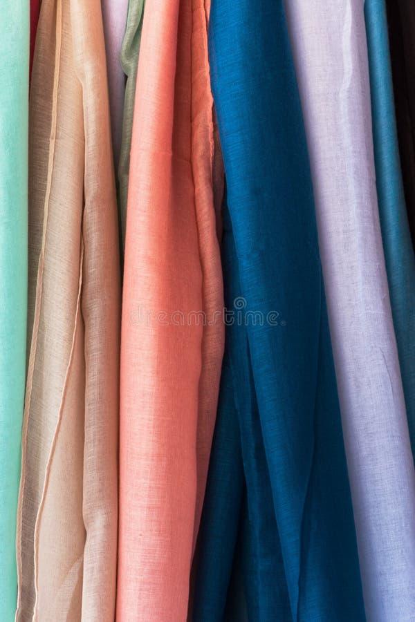 Rozmaitość stubarwni świetni organicznie bawełniani scarves pastelowi kolory wiesza przy sklepu pokazu rynkiem Elegancki Kobiecy  obrazy royalty free