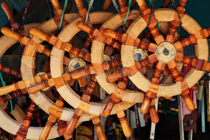 Rozmaitość tradycyjne starego stylu drewniane kierownicy dla statków fotografia royalty free