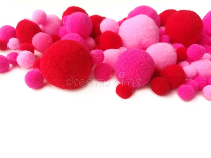 Rozmaitości pom wielkościowy pom, różowa czerwona włókno przędza obrazy stock