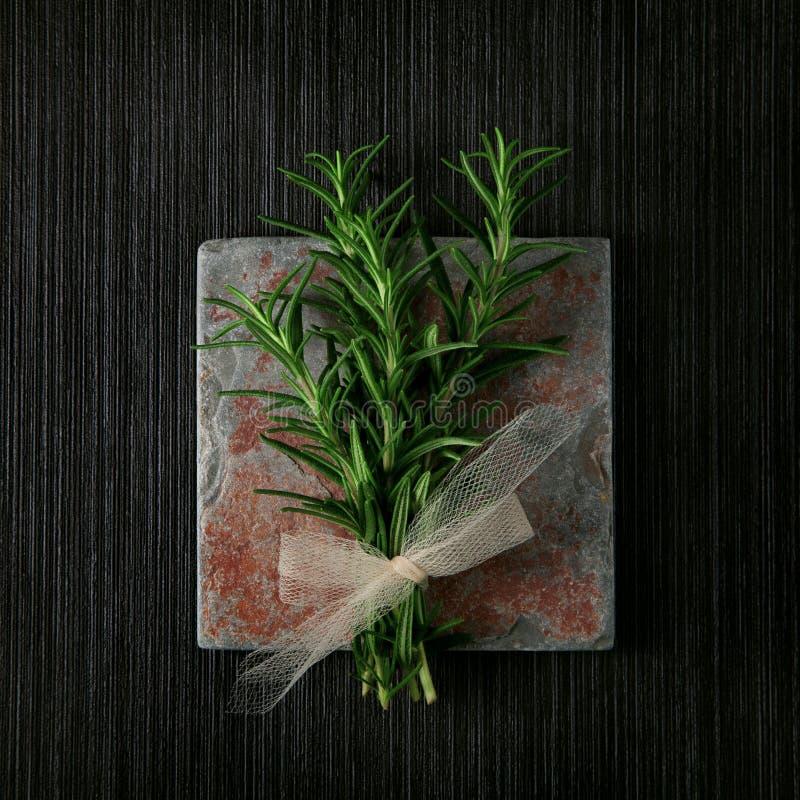 Rozmaryn granica na łupkowym kuchennym kredensowym tle, podławy szyk obrazy stock