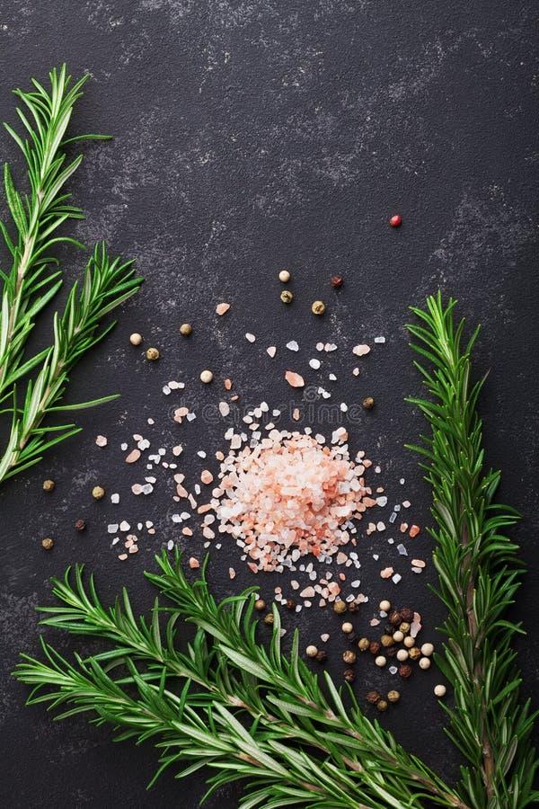 Rozmaryny, menchii sól i pikantność na czerń kamienia stołowym odgórnym widoku z kopii przestrzenią dla, menu lub przepisu, miesz obrazy stock