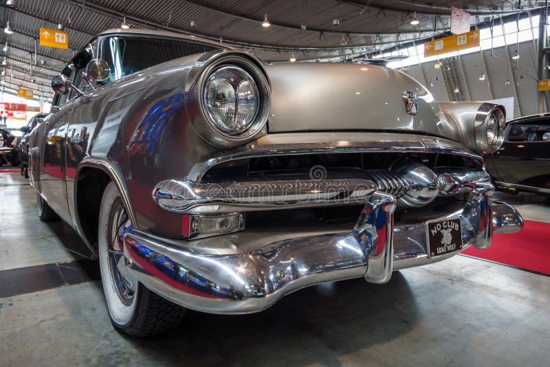 Rozmiar luksusowy samochodowy Ford Mainline, 1953 fotografia stock