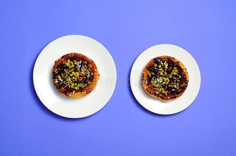 Rozmiar sprawy, diety pojęcie, śliwka i pistacja deser na talerzach, fotografia royalty free