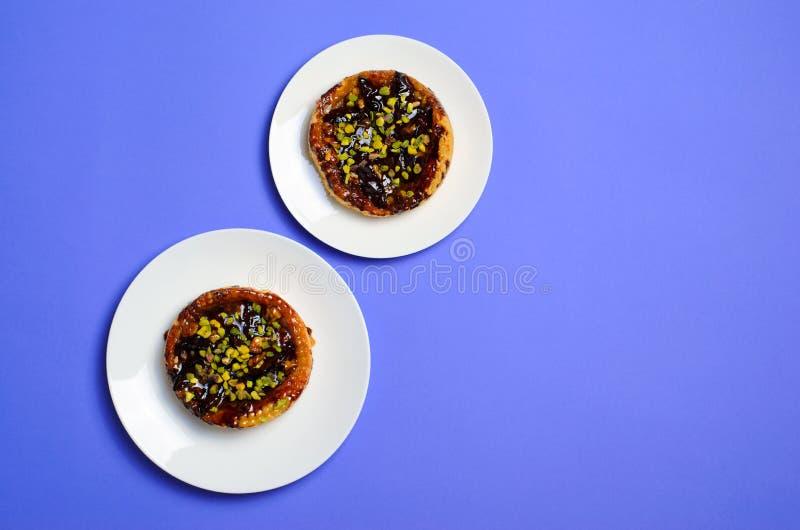 Rozmiar sprawy, diety pojęcie, śliwka i pistacja deser na talerzach, obraz stock
