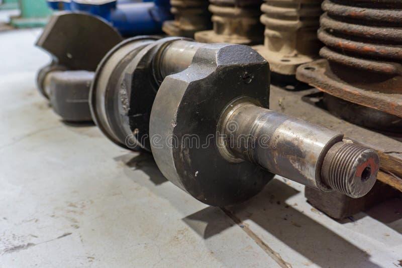 Rozmontowany silnik spalinowy, duży wał korbowy leży oddzielnie zdjęcie stock