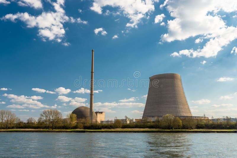 Rozmontowywający jądrowy atomowy komin przeciw niebieskiemu niebu z chmurami w Mulheim-Karlich w zachodnim Niemcy na Rhine rzece, obrazy royalty free