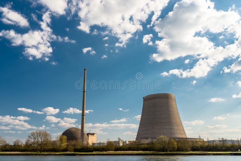 Rozmontowywający jądrowy atomowy komin przeciw niebieskiemu niebu z chmurami w Mulheim-Karlich w zachodnim Niemcy na Rhine rzece, zdjęcie royalty free