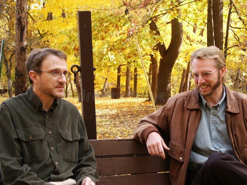 rozmowy ławki parku obrazy royalty free