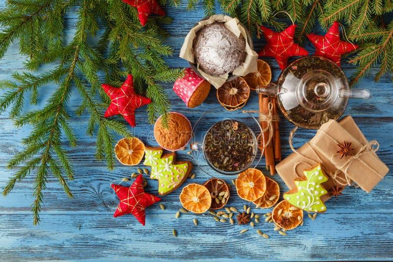 Rozmyślająca herbata z pikantność i świątecznymi Bożenarodzeniowymi dekoracjami na drewnie obraz stock