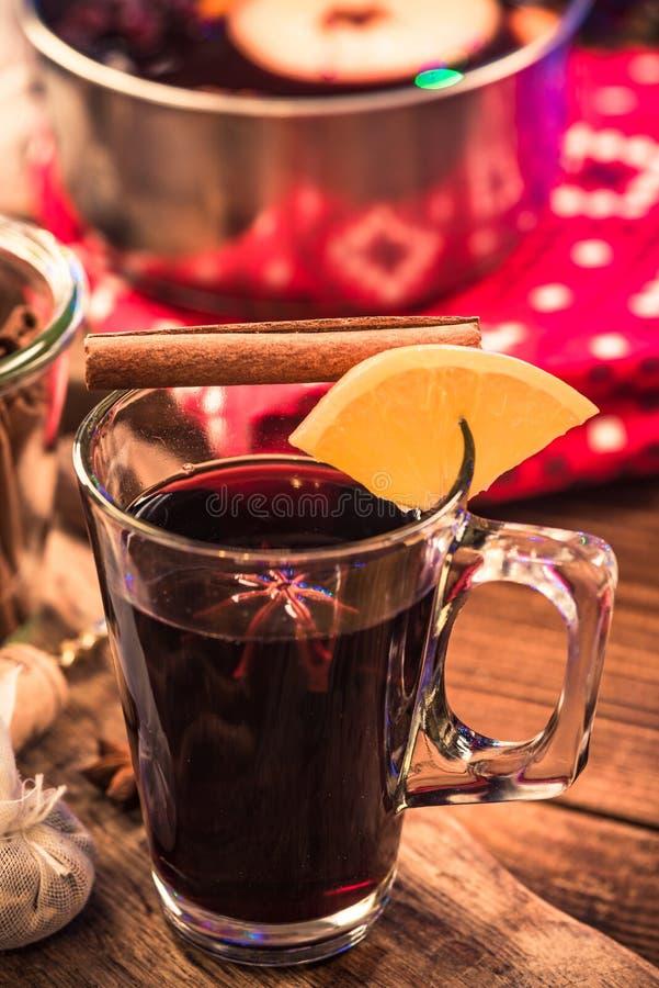 Rozmyślający wino, świąteczny dring dla zimnych zima dni zdjęcia stock