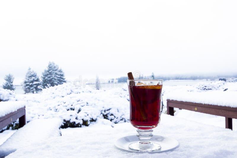Rozmyślający wino w śniegu obrazy royalty free