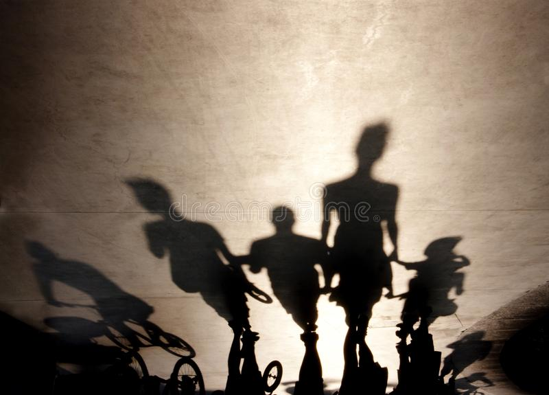 Rozmyci cienie ludzie chodzi na lato deptaku obrazy royalty free