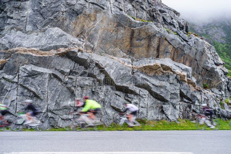 Rozmyci ludzie jedzie rowery w górach zdjęcia royalty free