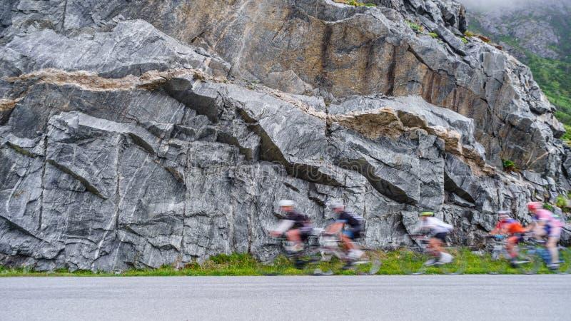 Rozmyci ludzie jedzie rowery w górach fotografia royalty free