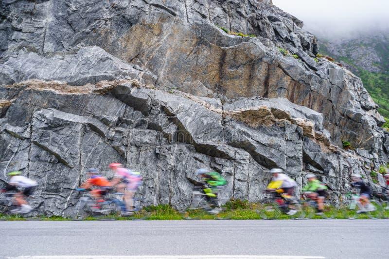 Rozmyci ludzie jedzie rowery w górach obrazy stock