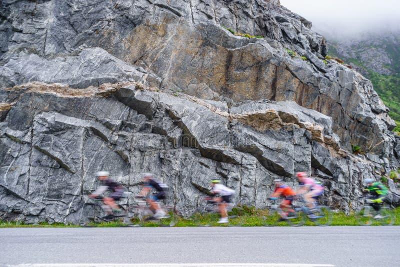 Rozmyci ludzie jedzie rowery w górach obraz royalty free