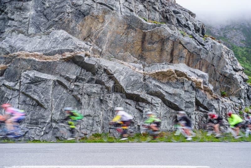 Rozmyci ludzie jedzie rowery w g?rach zdjęcia royalty free
