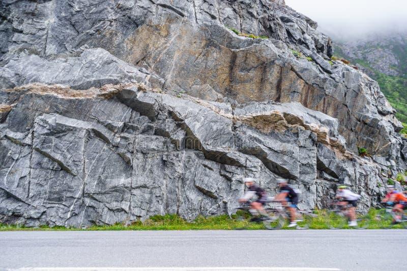 Rozmyci ludzie jedzie rowery w g?rach fotografia royalty free