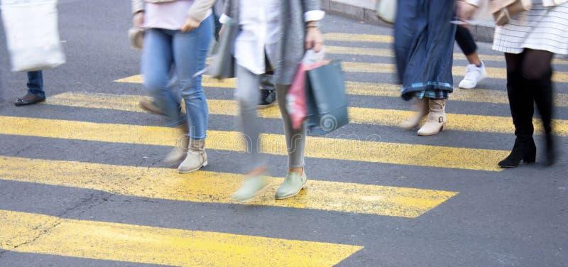 Rozmyci ludzie na żółtym zebry skrzyżowaniu fotografia stock