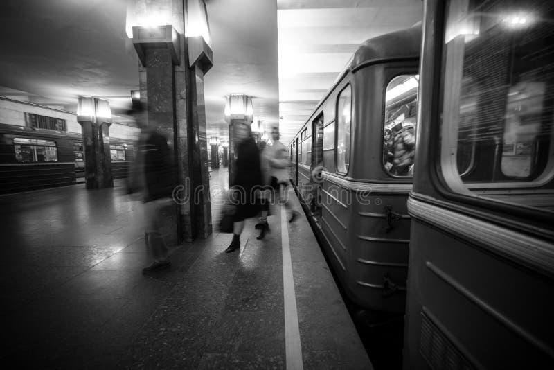 Rozmyci ludzie upcomig Heroiv Dnipra stacji platforma Podziemny metropolita obrazy royalty free