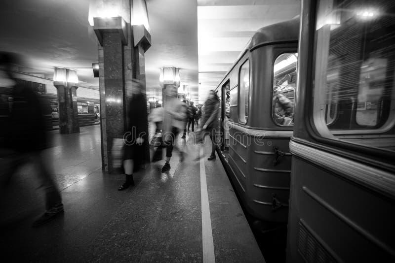 Rozmyci ludzie upcomig Heroiv Dnipra stacji platforma Podziemny metropolita fotografia stock