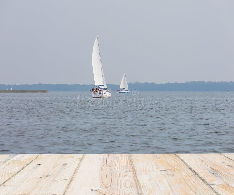 Rozmyta jeziorna abstrakcja z drewnianymi deskami podłogowymi zdjęcie royalty free