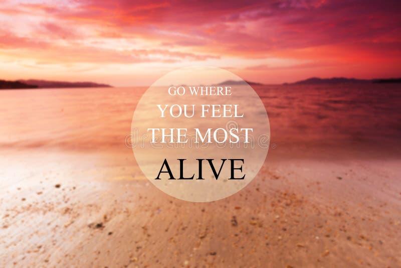 Rozmyta plaża na zachodzie słońca z cytatem Inspiracyjnym - Idź tam, gdzie czujesz się najbardziej żywy obrazy stock