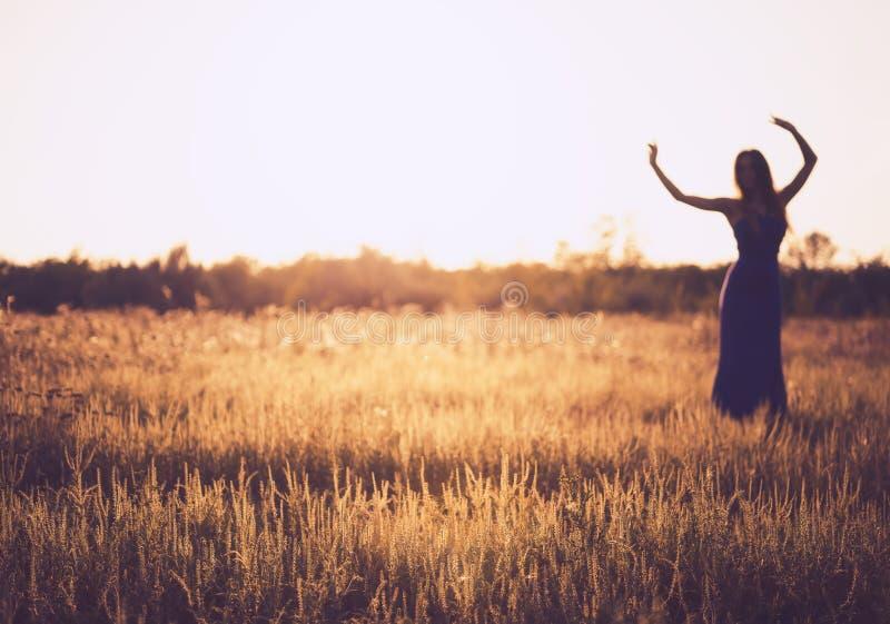 Rozmyta sylwetka dancingowa kobieta przeciw zmierzchu niebu obrazy royalty free