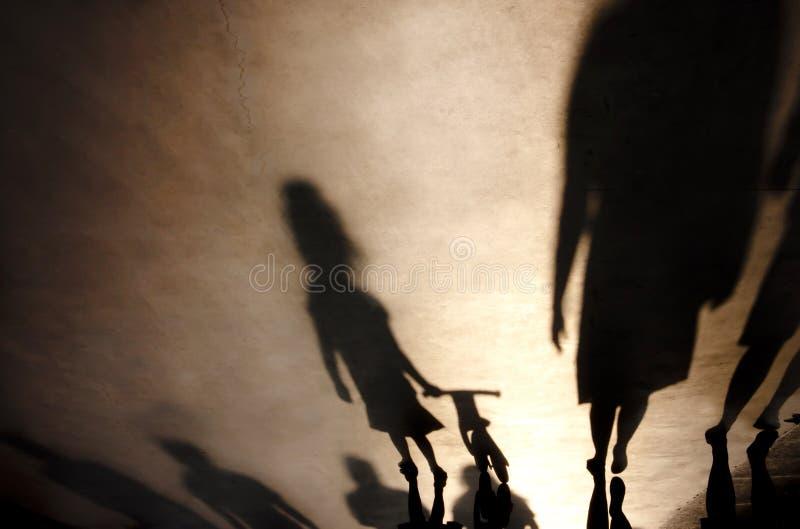 Rozmyte cień sylwetki ludzie chodzi na mglistym lecie pro zdjęcie royalty free