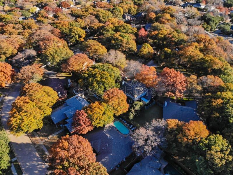 Rozmytego trutnia widoku mieszkaniowi domy z ogródem, garażem i kolorowymi liśćmi blisko Dallas, fotografia stock