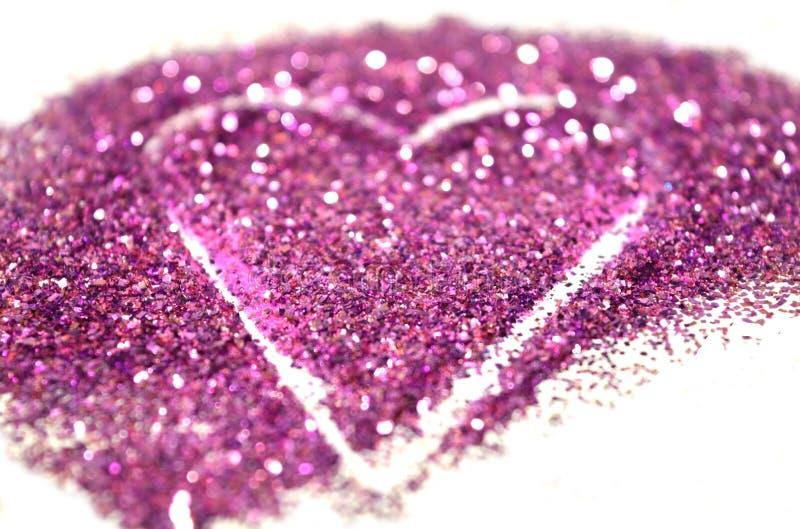 Rozmyty abstrakcjonistyczny tło z sercem purpury połyskuje błyskotanie na biel powierzchni obrazy stock
