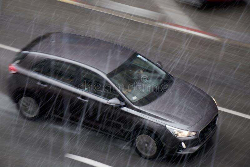 Rozmyty napędowy samochód w ulicie w dżdżystym wiosna sezonie w panna zdjęcia royalty free