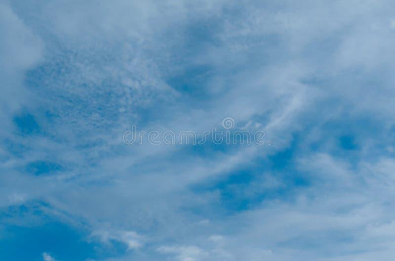 Rozmyty niebieskie niebo i chmury w dzień burz Błyszczy pomarańcze na chmurach obraz royalty free