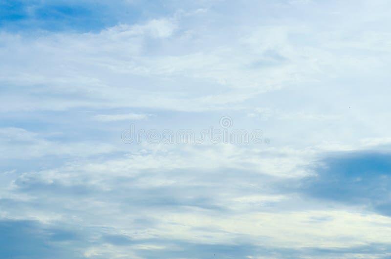 Rozmyty niebieskie niebo i chmury w dzień burz Błyszczy pomarańcze na chmurach zdjęcie stock