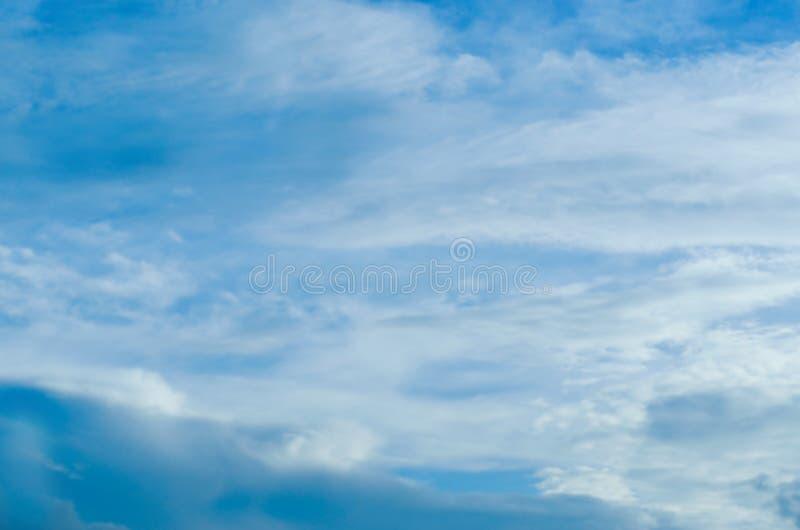 Rozmyty niebieskie niebo i chmury w dzień burz Błyszczy pomarańcze na chmurach obraz stock