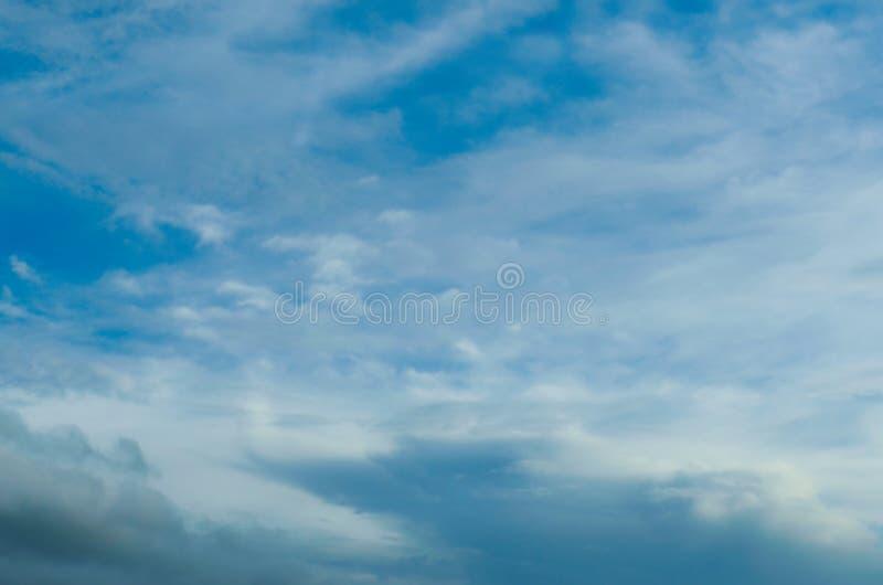Rozmyty niebieskie niebo i chmury w dzień burz Błyszczy pomarańcze na chmurach zdjęcie royalty free
