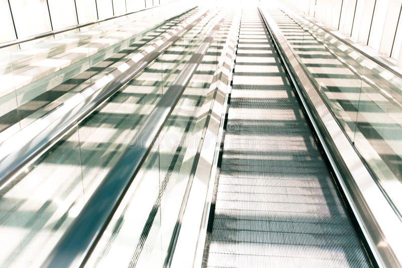 Rozmyty nowożytny eskalator przy słonecznym dniem zdjęcie royalty free