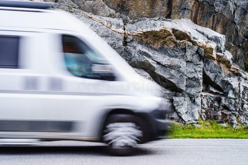Rozmyty obozowicz przyczepy Samochodu dostawczego Jeżdżenie post obraz stock