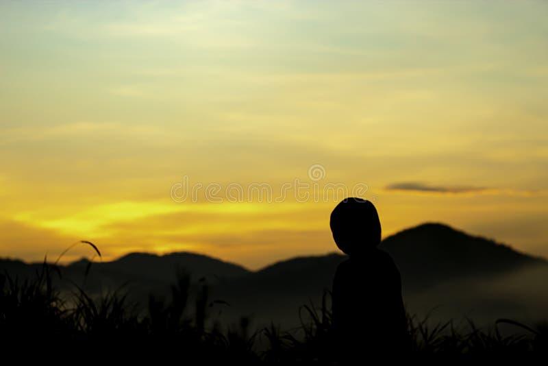 Rozmyty ranku słońca światło za górami z cieniem kobieta i drzewo fotografia stock